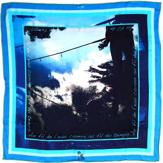 foulard de créateur carré en soie bleu motifs little woman paris