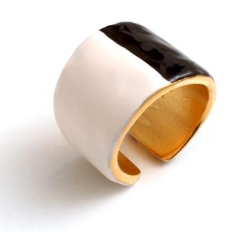 bijou de créateur en émail little woman paris bague bicolore étain noir blanc