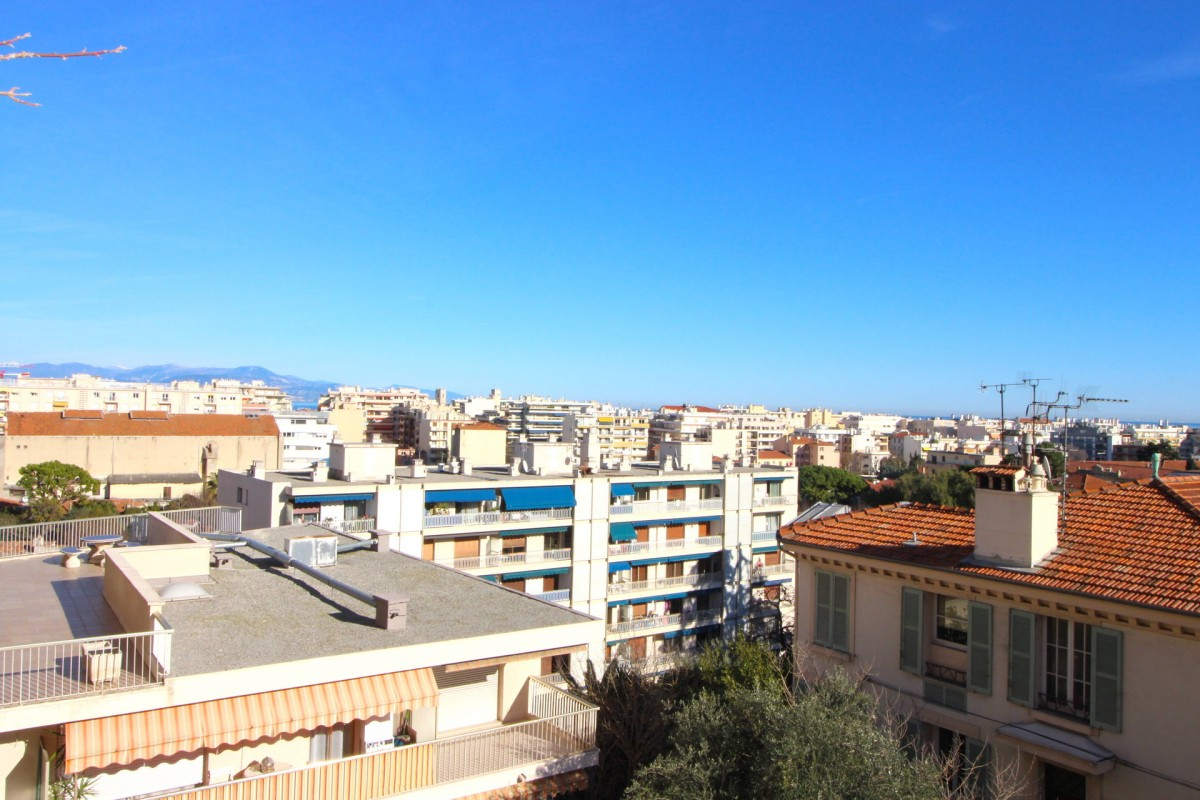 For sale Apartment 73m² in Antibes Alpes Maritimes. Apartment 1 bathroom, 2 bedrooms, terrace, east oriented, west orientation, sea views, views over the city. Price to Buy a Apartment is 345000 EUR. In Antibes for sale Apartment. Apartment was published on sales list 28.1.2020 1703332. Selling Apartment in Antibes Alpes Maritimes, France.