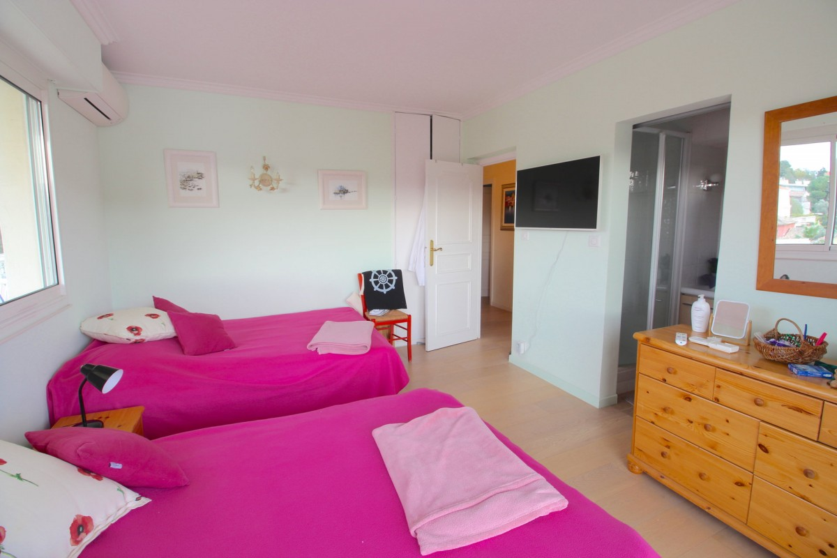 For sale Apartment 110m² in Antibes Alpes Maritimes. Apartment 2 bathrooms, 3 bedrooms, air conditioning, parking, east oriented, south oriented, west orientation. Price to Buy a Apartment is 1080000 EUR. In Antibes for sale Apartment. Apartment was published on sales list 28.1.2020 1703334. Selling Apartment in Antibes Alpes Maritimes, France.