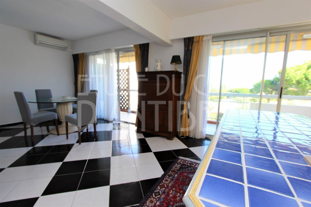 Appartamento in affitto per le vacanze a Cap d'Antibes in Francia Appartamento vacanze di 52m² in affitto con aria condizionata, terrazza, orientamento est, vista mare, vista sul giardino e 2 vani 1 bagno Affittasi per le vacanze Appartamento a Cap d'Antibes in Francia 6.2.2020, 1706384, 1050 EUR