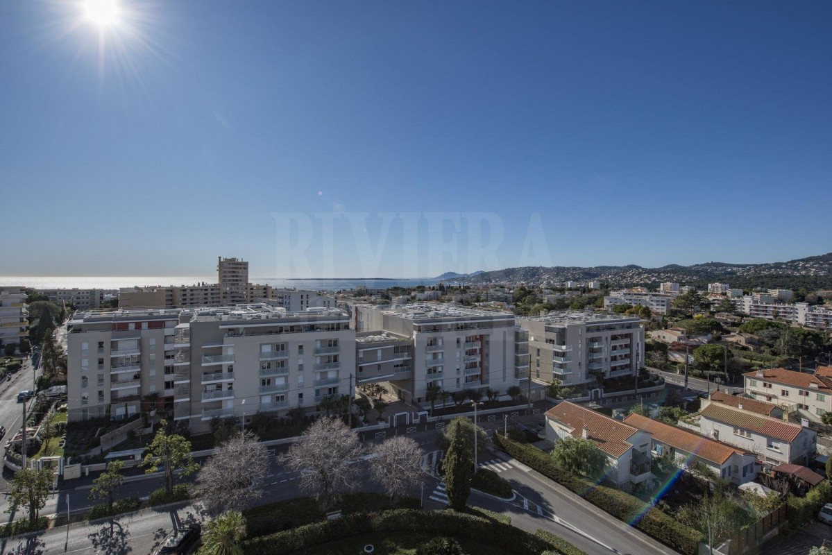 For sale Apartment 75m² in Antibes Alpes Maritimes. Apartment, 2 bedrooms, swimming pool, terrace, south oriented, sea views. Price to Buy a Apartment is 365000 EUR. In Antibes for sale Apartment. Apartment was published on sales list 7.2.2020 1706434. Selling Apartment in Antibes Alpes Maritimes, France.