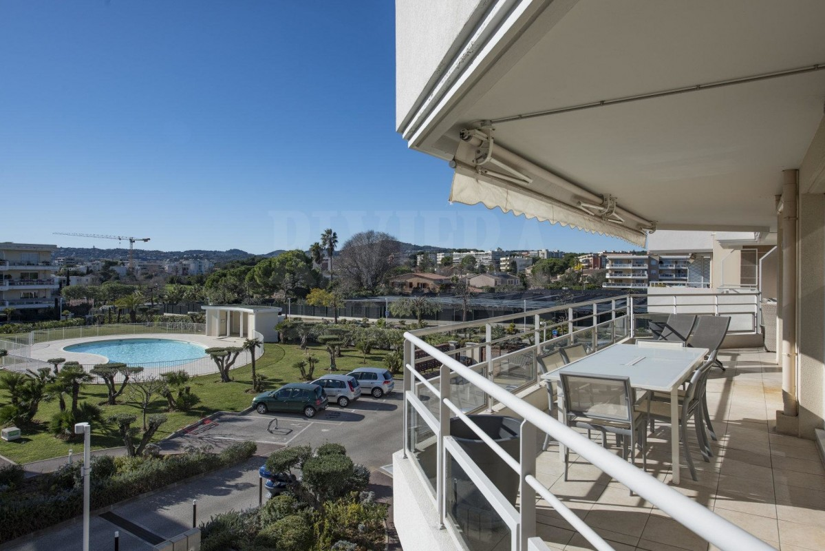 For sale Apartment 86m² in Antibes Alpes Maritimes. Apartment, 3 bedrooms, double pane windows, air conditioning, swimming pool, terrace, south oriented, west orientation, view over the park. Price to Buy a Apartment is 550000 EUR. In Antibes for sale Apartment. Apartment was published on sales list 8.2.2020 1706533. Selling Apartment in Antibes Alpes Maritimes, France.