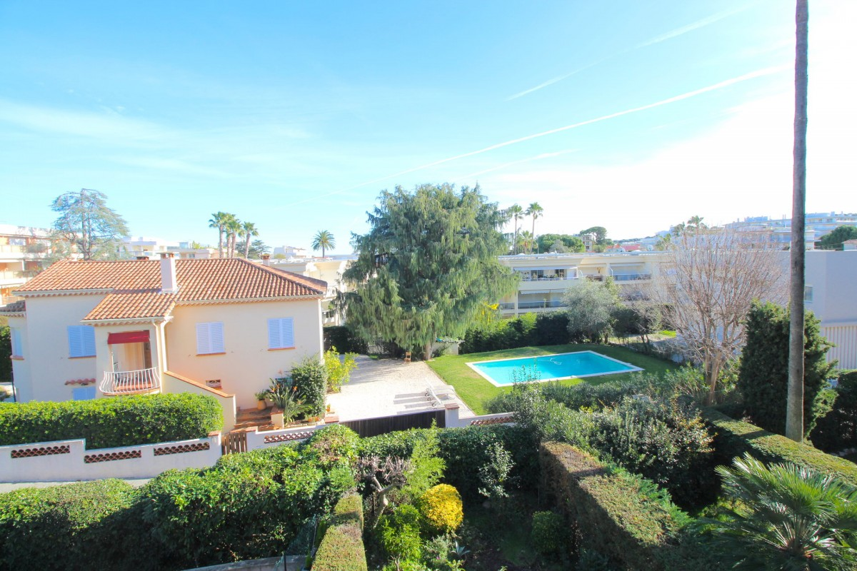 For sale Apartment 60m² in Antibes Alpes Maritimes. Apartment 1 bathroom, 1 bedroom, double pane windows, terrace. Price to Buy a Apartment is 415000 EUR. In Antibes for sale Apartment. Apartment was published on sales list 11.2.2020 1706667. Selling Apartment in Antibes Alpes Maritimes, France.