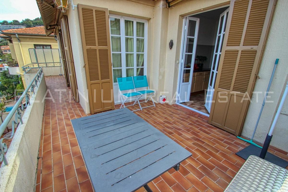 Alquiler a largo plazo piso in Niza 1350 EUR. Alquiler a largo plazo piso, 2 habitaciones, 1 baño, ventanas de doble acristalamientos, aire acondicionado, terraza, jardín, orientado hacia el este, orientado hacia el sur, vistas al mar. Alquileres en Francia, Niza