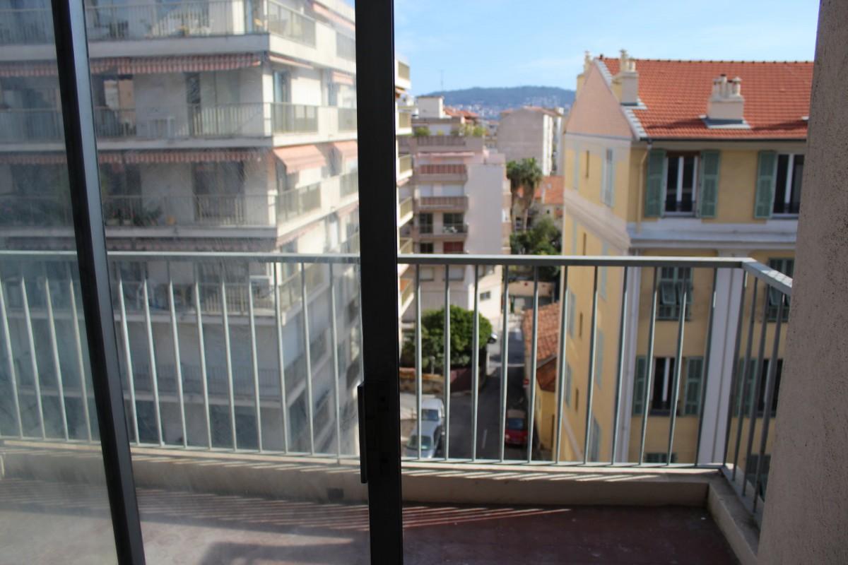 Nica: Stan za najam. stan 1 spavaća soba istočna orijentacija, sjeverna orijentacija, južna orijentacija, zapadna orijentacija.. Iznajmljuje se u grade Nica, Francuska, Alpes Maritimes 4.3.2020 Cijena nekretnine: 900 EUR 1707287. Stan u najam.
