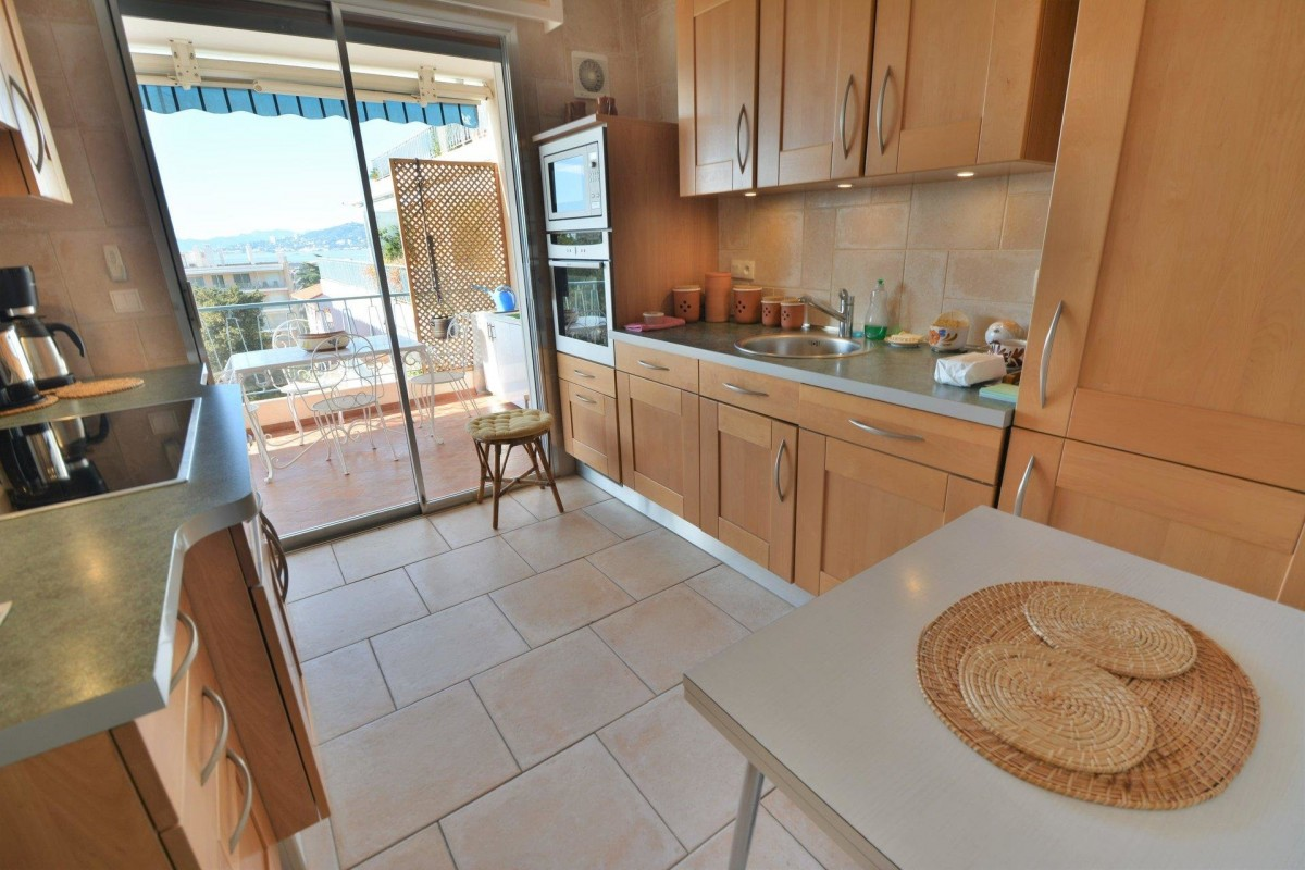 For sale Apartment 91m² in Juan-les-Pins Alpes Maritimes. Apartment, 2 bedrooms, swimming pool, furnished, terrace, south oriented, west orientation, sea views. Price to Buy a Apartment is 530000 EUR. In Juan-les-Pins for sale Apartment. Apartment was published on sales list 4.3.2020 1707330. Selling Apartment in Juan-les-Pins Alpes Maritimes, France.
