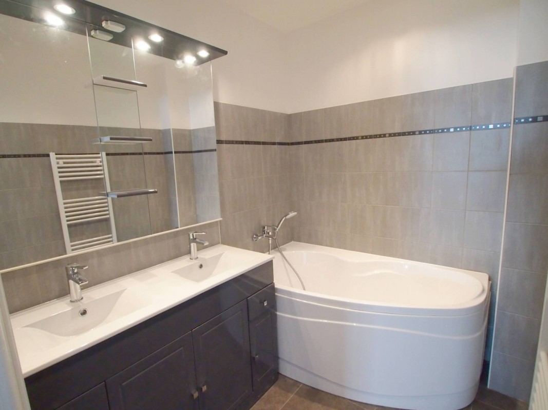 For sale Apartment 86m² in Antibes Alpes Maritimes. Apartment 1 bathroom, 3 bedrooms, double pane windows, south oriented, west orientation. Price to Buy a Apartment is 375000 EUR. In Antibes for sale Apartment. Apartment was published on sales list 5.3.2020 1707651. Selling Apartment in Antibes Alpes Maritimes, France.