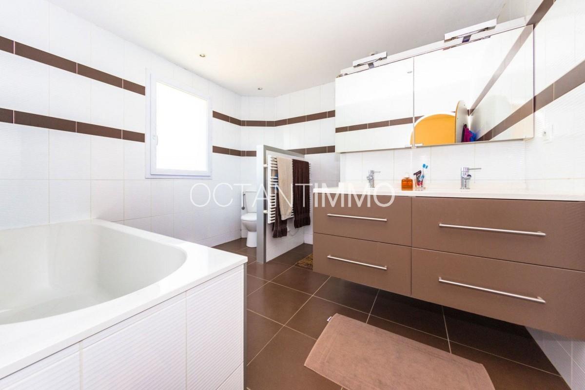 Kuća na prodaju - Antibes, Francuska, Alpes Maritimes. Kuća 140m² - prozori sa dvostrukim oknima, klimatizacija, bazen za plivanje, zapadna orijentacija Cijena kuća: 798000 EUR 5.3.2020 1707724. Pronađite više nekretnina na lokaciji Antibes