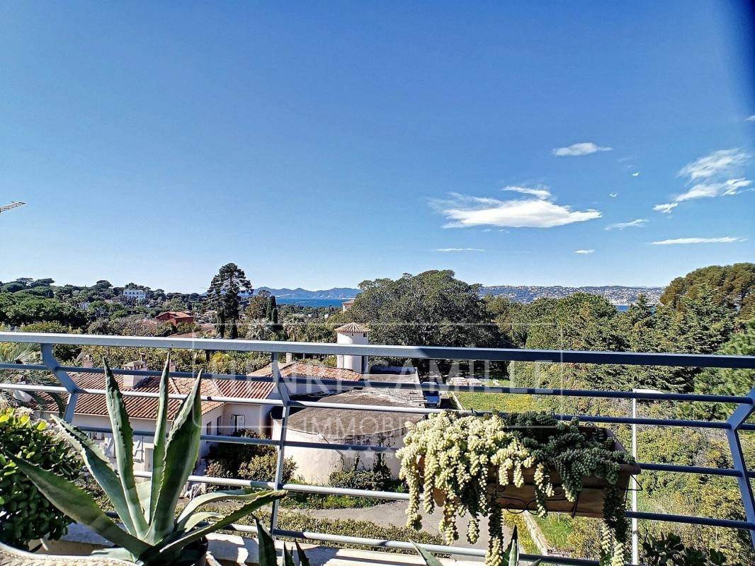 For sale Apartment 56m² in Antibes Alpes Maritimes. Apartment 1 bathroom, 1 bedroom, double pane windows, parking, terrace, south oriented, west orientation, sea views. Price to Buy a Apartment is 490000 EUR. In Antibes for sale Apartment. Apartment was published on sales list 7.3.2020 1707872. Selling Apartment in Antibes Alpes Maritimes, France.