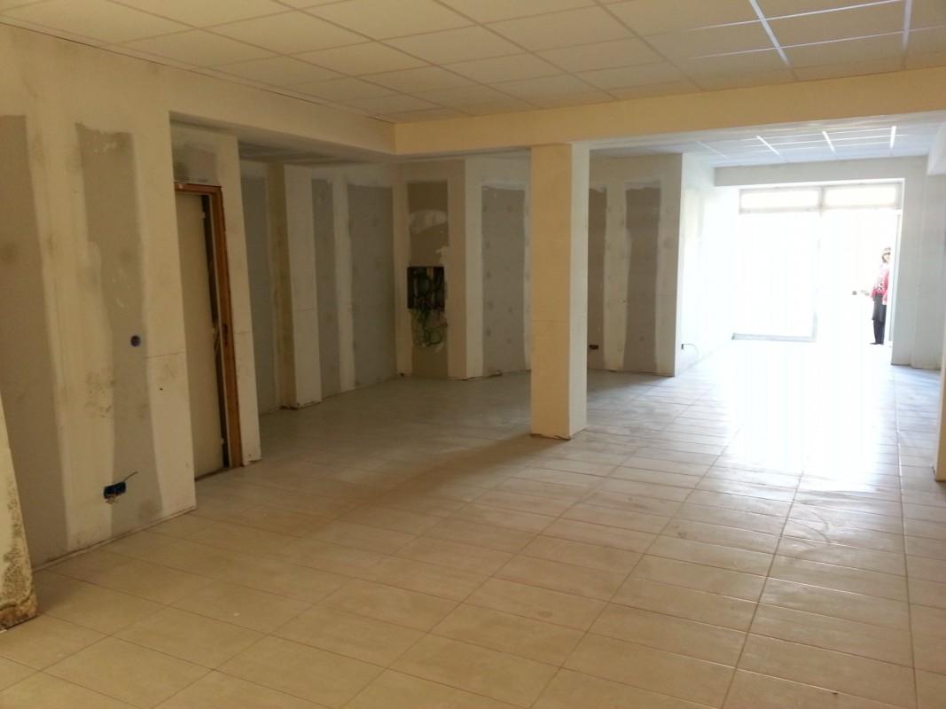 Escritório para arrendar em Calvi. Escritório 93m² aluguel a longo prazo em Calvi. Aluguel escritório a longo prazo janela de duas folhas, ar condicionado, França 7.3.2020 1424 EUR. Ache aluguel mensal escritório em Calvi 1707878.