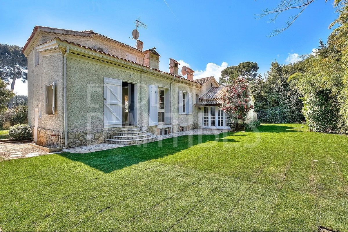For sale Villa 190m² in Cap d'Antibes Alpes Maritimes. Villa,, air conditioning, swimming pool, garden view. Price to Buy a Villa is 1890000 EUR. In Cap d'Antibes for sale Villa. Villa was published on sales list 14.3.2020 1708136. Selling Villa in Cap d'Antibes Alpes Maritimes, France.