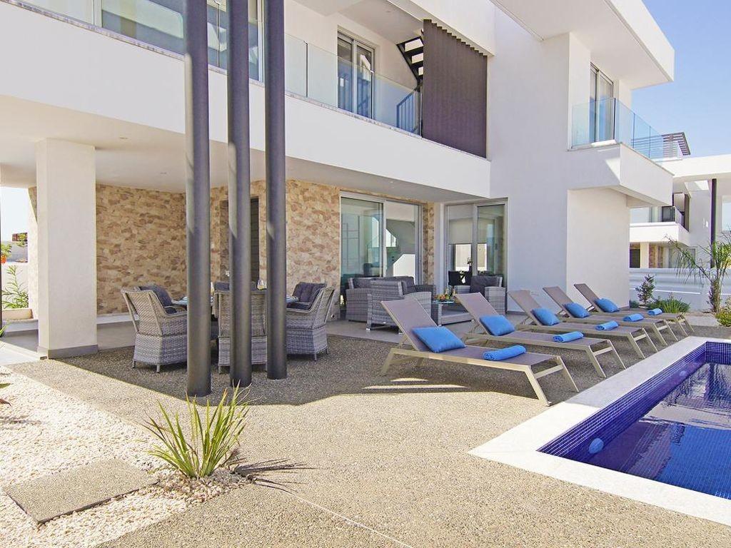 Vakantiewoning huren in Protaras,. Huis onder de zon. Vind de perfecte locatie voor uw vakantie in Protaras - gemeubileerd 130m² zwembad, vaatwasser, parking, terras