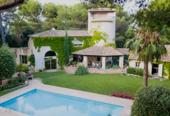 Spacious villa with beautiful views on the bay of Cannes for rent