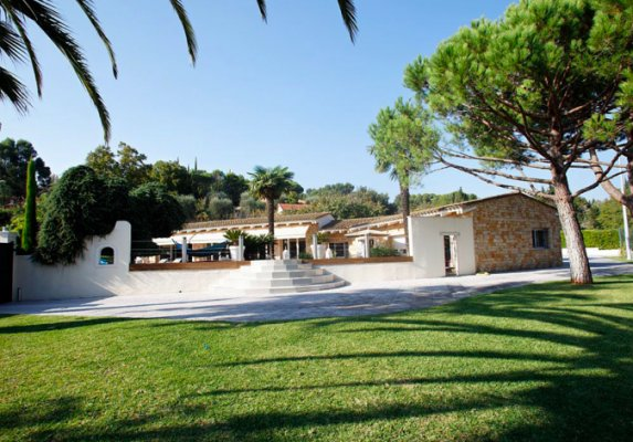 Luxury 300 sqm villa in Mougins for long term rent, located in private domain with tennis court