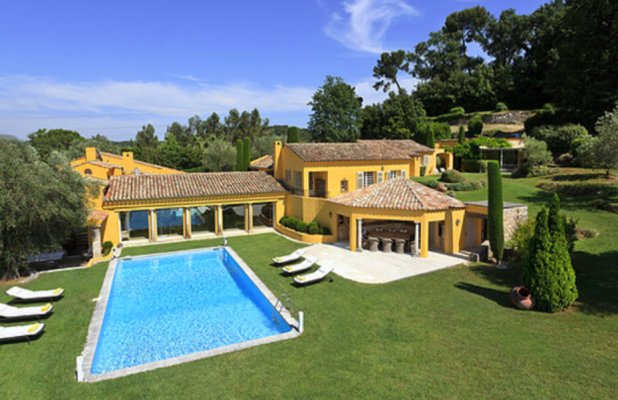 VILLA IN RESIDENTIAL DOMAIN CLOSE TO THE GOLF IN MOUGINS