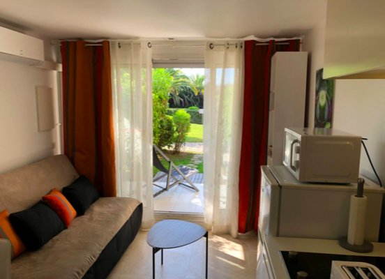 Cosy apartement with patio and shared pool in a nice residence in Villefranche