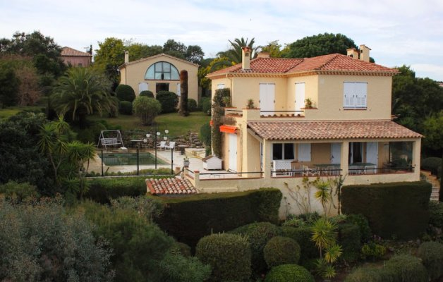 Mediterranean-style villa with great views for rent in Vallauris