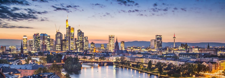Coucher de soleil sur le Main et les gratte-ciels Europaturm et la Commerzbank à Francfort
