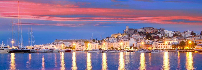 Coucher de soleil sur l'église et le port d'Ibiza avec ses bateaux et yachts