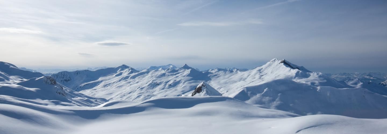 Vue panoramique des montagnes à Klosters-Serneus dans le canton de Gaubünden en Suisse en hiver