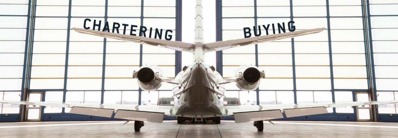 Jet privé garé à l'intérieur d'un hangar
