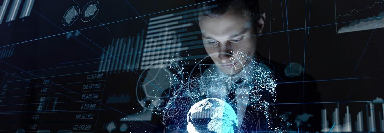 Homme d'affaires avec une tablette dans les mains immergé dans des visuels technologiques