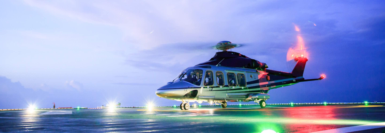 Hélicoptère avec passagers à bord décollant ou atterrissant et lumières rouges et vertes