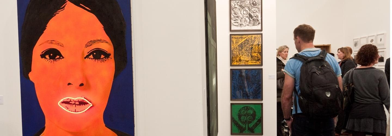 Peintures et visiteurs au Frieze Art London à Londres au Royaume Uni