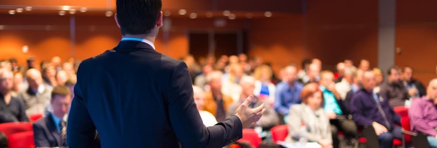 Intervenant devant une audience au Milken Institute Global Conference à Los Angeles