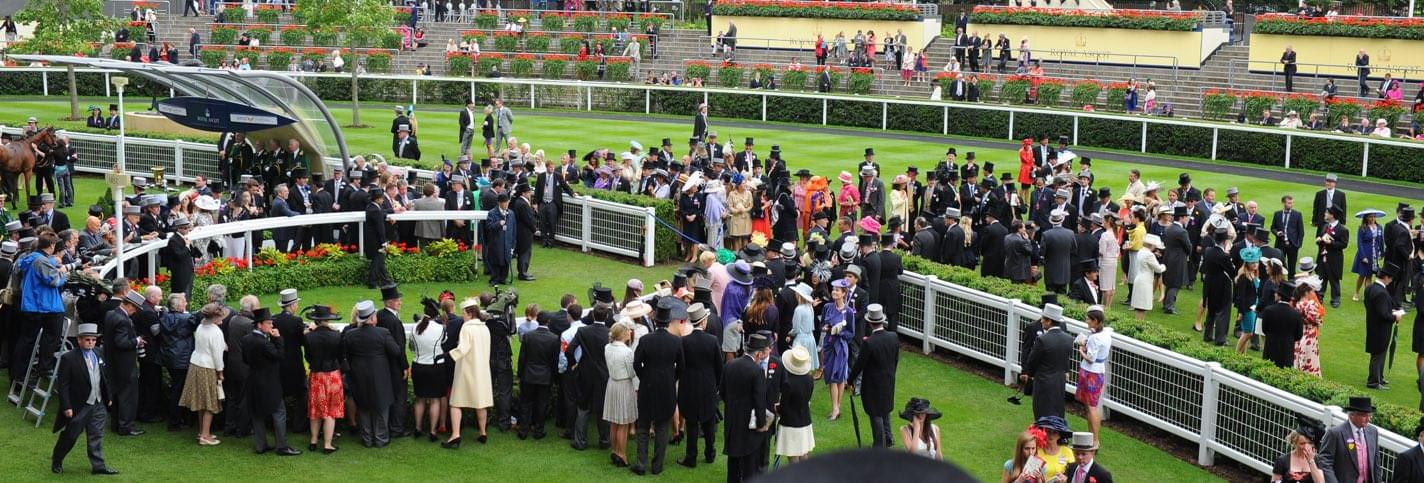 Gens fortunés bien habillés attendant d'admirer les chevaux du Royal Ascot London