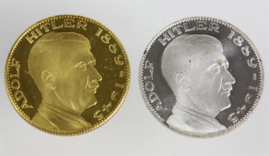 2 Ehrenmedaillen Adolf Hitler Gold U Silberfarbene Medaille Mit