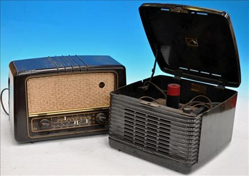 AN HMV VICTROLA MODEL 45EY3, SERIAL NO: K340048, BAKELITE RECORD