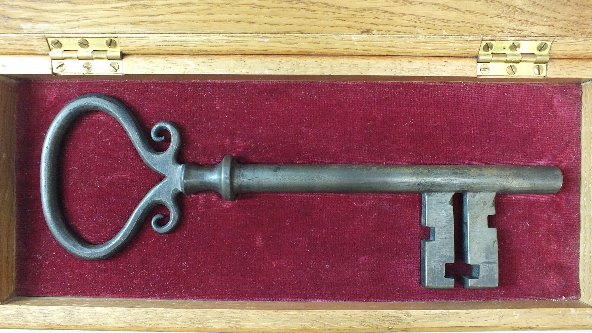 """Lotto 201 - Crownhill Fort Key: A large iron key in fitted oak box with presentation plaque, 29cm, """"""""Crownhill"""