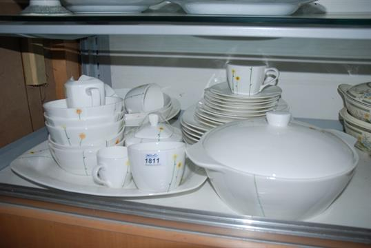 A collection of Aynsley China in Daisy Chain design and comprising ...