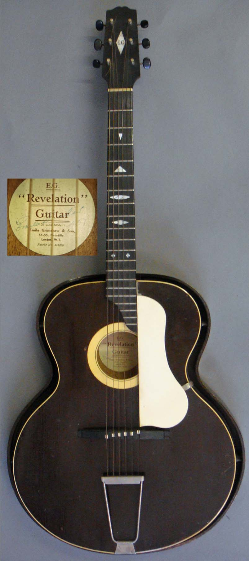 Auktionslos 143 - A 1935 Emile Grimshaw Revelation Guitar, de-luxe model with fitted resonator. As with most 1930s