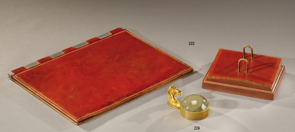 hermes paris n cessaire de bureau en lames de cuir bordeaux piq re sellier comprenant un sous m. Black Bedroom Furniture Sets. Home Design Ideas