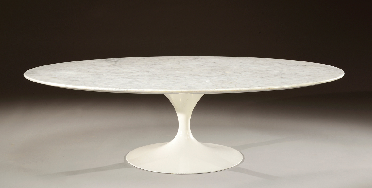 Eero saarinen 1910 1961 table basse plateau ovale en marbre blanc vein noir reposant sur un Table basse saarinen