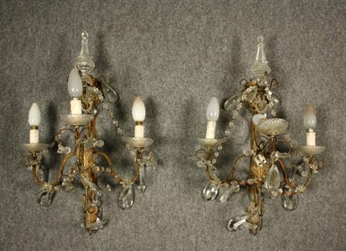 Coppia di appliques in ferro battuto e dorato a tre bracci luci