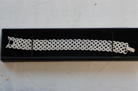 Pretty Swarovski diamante lattice-work bracelet set in white metal