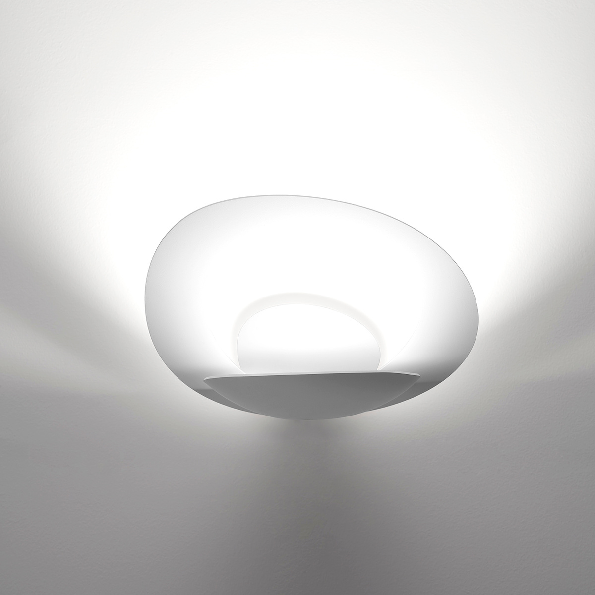 pirce wall lamp white by artemide lovethesign. Black Bedroom Furniture Sets. Home Design Ideas