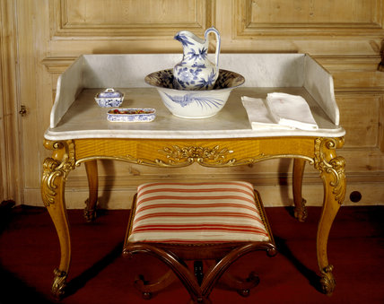 Wash stand and jug in the Queen's Bedroom at Belton House