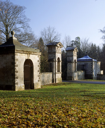 The Oxford Gates at Stowe, pre-restoration