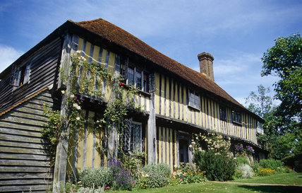 This half-timbered sixteenth century farmhouse belonged to the legendary actress Dame Ellen Terry for nearly 30 years, from 1899 until her death here on 21 July 1928