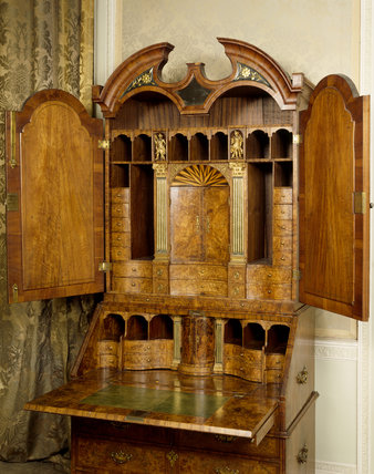 Bureau-cabinet, veneered in burr-walnut, dating from c. 1715