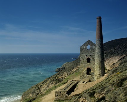 The ruinous Towanroath Shaft pumping engine house, part of Wheal Coates mine on the cliffs near St Agnes