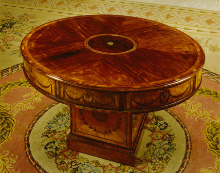 An oval rent table with inlaid satinwood, c. 1780