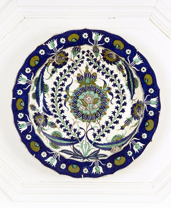 An Italian charger featuring blue and green Iznik decoration, dated 1881, in the Drawing Room at Standen, West Sussex
