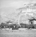 Crowds around Sho pillar below Potala at Sertreng