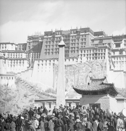 Crowd around Sho pillar below Potala at Sertreng